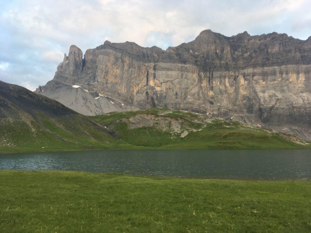 Le lac d'Anterne et sa falaise...